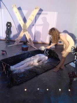Bañando en cera al sumiso en el área BDSM