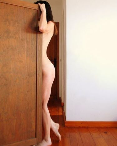mujer y puerta