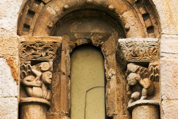 Canecillos eróticos en la colegiata de San Pedro de Cervatos